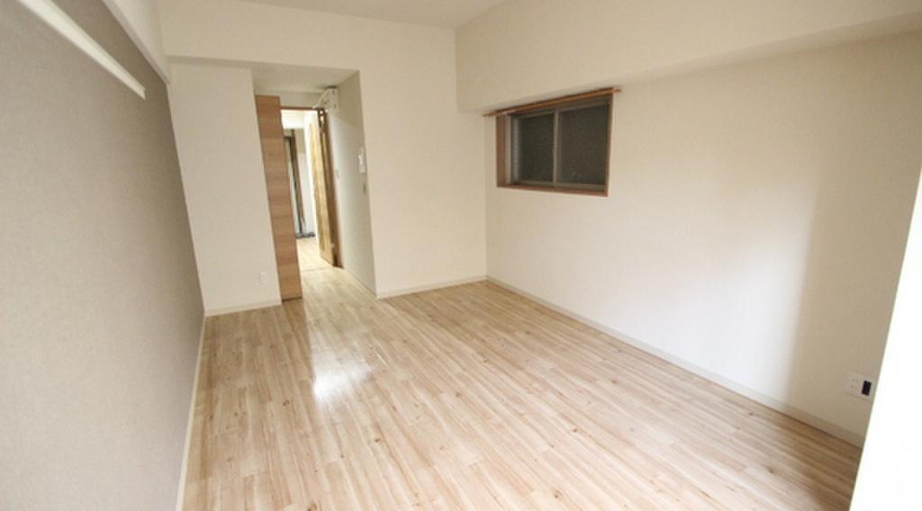 2~5Fは茶系・6~10Fは白系、11~15Fは黒系の建具や床になります。写真は他号室です。