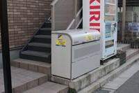 ゴミ置き場・2階への階段
